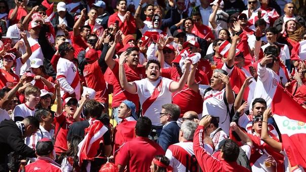 Los hinchas peruanos llegaron desde todas partes para alentar a la Bicolor. Miles de hinchas estuvieron en los entrenamientos, calles y en el estadio.