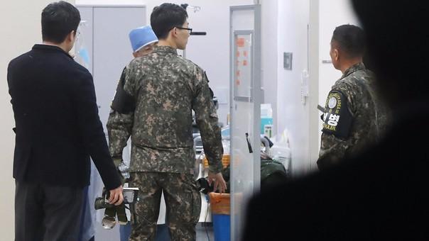Soldados de Corea del Sur que evacuaron al desertor.