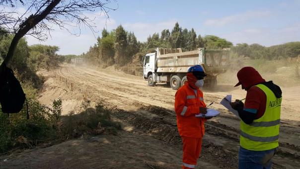 Veedores ciudadanos e inspectores de Agro Rural observan y monitorean los detalles técnicos de los trabajos en el río Piura.