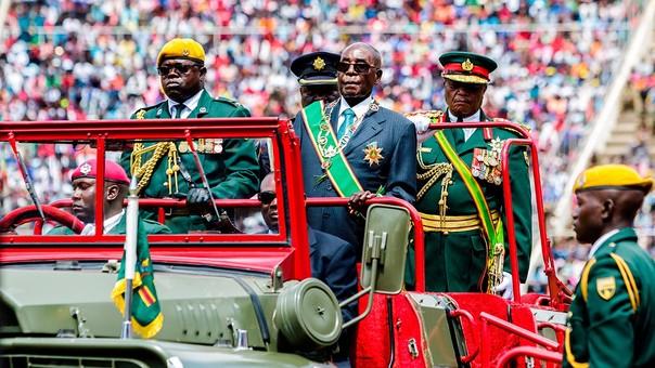 Mugabe celebrando los 37 años de independencia de Zimbabue.