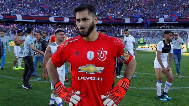 Johnny Herrera debutó en el fútbol profesional con la Universidad de Chile (1999).