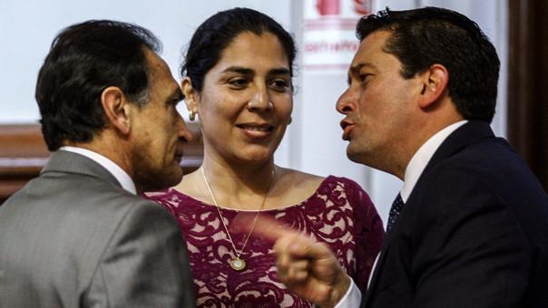 Le propuesta fue dada por el grupo parlamentario Fuerza Popular. En la foto, conversan Héctor Becerril, Úrsula Letona y Miguel Torres.
