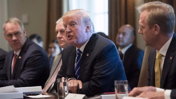 El presidente Donald Trump mientras sostiene una reunión con su gabinete este lunes.