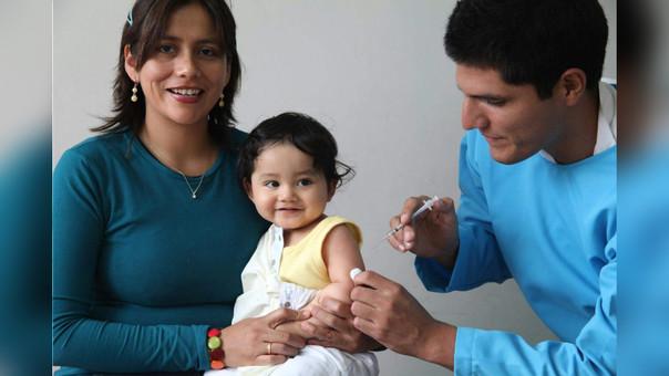 Los pediatras recomiendan vacunar en cuatro ocasiones a los niños
