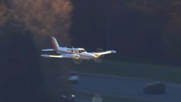 Piloto hace aterrizar una avioneta sin tren de aterrizaje