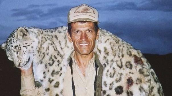 Por su exótico pelaje, el leopardo de las nieves suele estar en el ojo de numerosos cazadores.