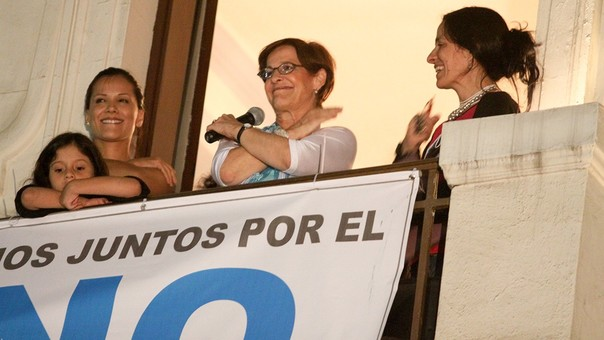 Susana Villarán celebrando la victoria del NO tras la revocatoria acompañada de la actriz Mónica Sánchez y su hija Soledad Luna.