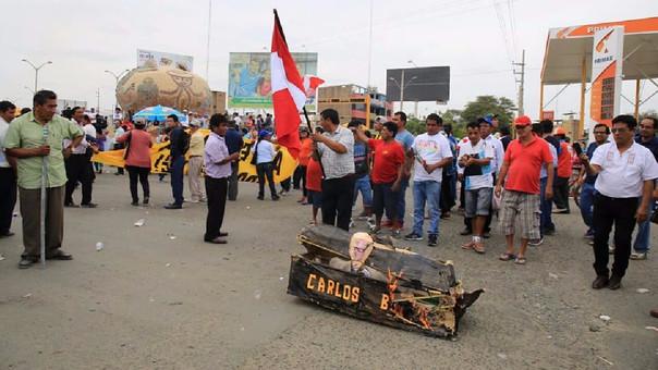 Durante su recorrido, los manifestantes quemaron un muñeco del ministerio de Vivienda, Carlos Bruce.