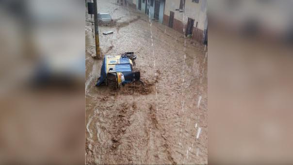 Mototaxi fue arrastrada por el agua en el distrito de Baños del Inca