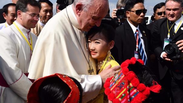 Emprende papa Francisco periplo por Myanmar y Bangladés
