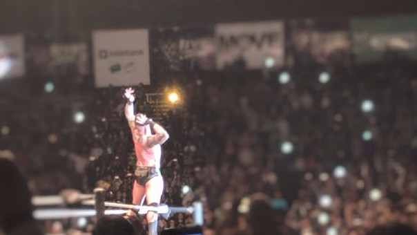 Randy Orton hace su clásica pose en la esquina del ring luego de vencer a Rusev con un RKO.