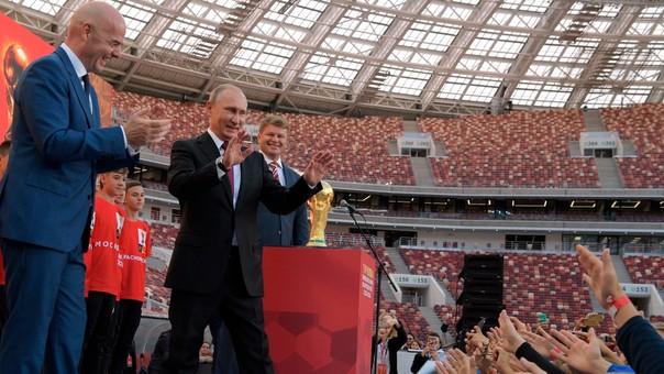 Putin junto al presidente de la FIFA, Gianni Infantino, y la Copa del Mundo que estará en juego en Rusia.