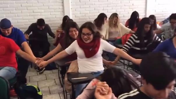 Alumnos rezan para aprobar el semestre