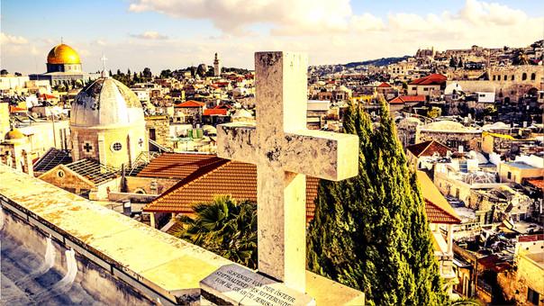 En el paisaje de Jerusalén se ven iglesias y mezquitas.