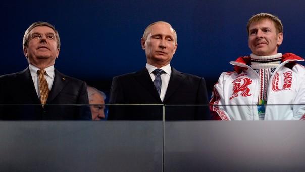 Thomas Bach, presidente del Comité Olímpico Internacional; Vladímir Putin, presidente de Rusia, y el deportista ruso Alexander Zubkov, piloto de bobsled.