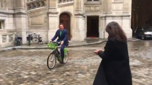 Arnold Schwarzenegger es un personaje polifacético y llegó en bicicleta