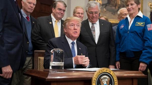 Donald Trump durante la firma de la directiva en la Casa Blanca.