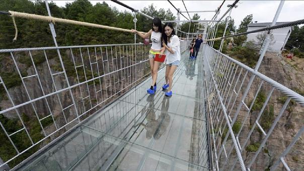 El puente de cristal que se rompe y aterra a los visitantes
