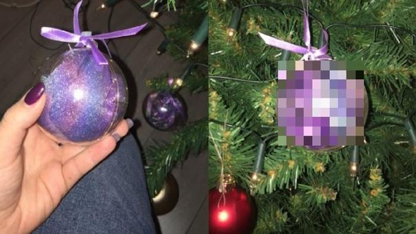 El contenido de las bolas que esta señora ha colgado en su árbol de Navidad