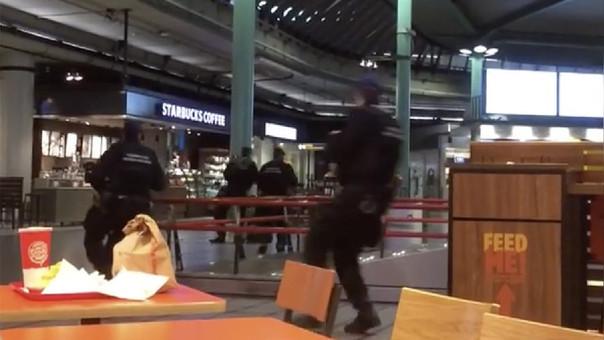 Arrestan a hombre por amenazar con cuchillo en aeropuerto de Amsterdam
