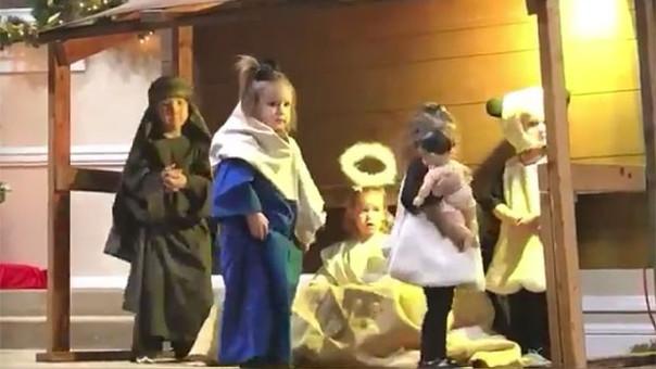 Niños pelean en el Pesebre de Belén por el niño Jesús