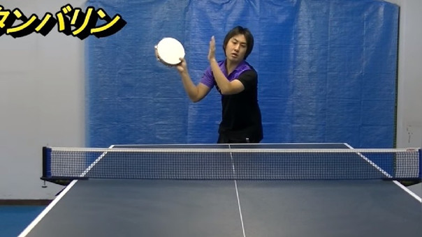 Takkyuu Geinin demostrando que puede jugar ping pong con cualquier objeto