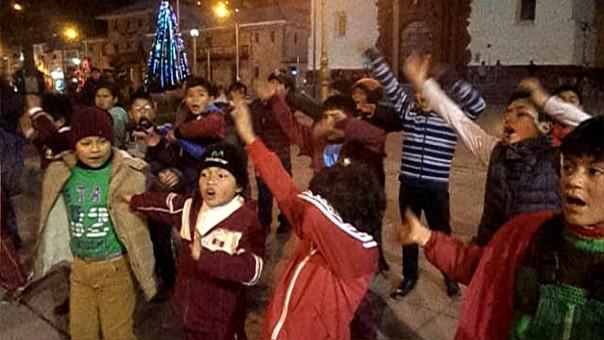 Niños cantan villancicos en quechua.