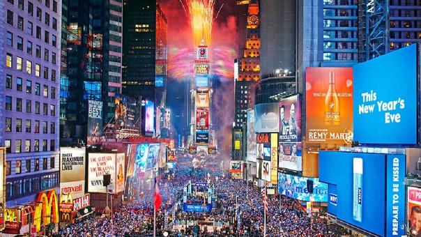 Miles de personas suelen llegar a Times Square desde el mediodía para coger los mejores sitios.