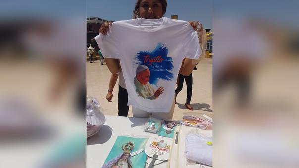 383bc47859 Venden souvenirs por visita del papa Francisco en Trujillo