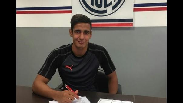 Pereyra y el preciso instante en que firmó su contrato como futbolista profesional.