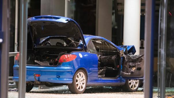 Estrelló su auto cargado de combustible contra un partido político — Tremendo