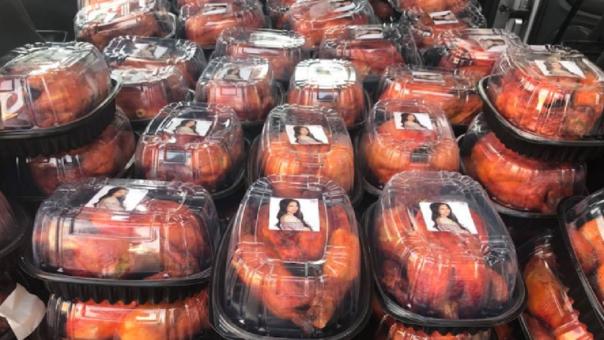 Diputada mexicana regala pollos asados con su cara