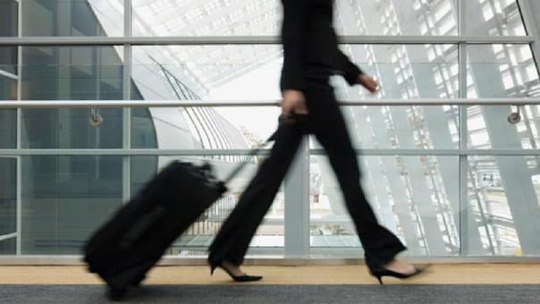 Azafata cautiva con su voz a los pasajeros de un vuelo con retraso