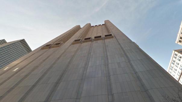 El edificio fue construido en 1974 por el arquitecto estadounidense John Carl Warnecke.