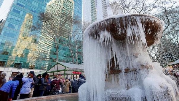 Una fuente de agua congelada en Bryant Park, Nueva York.