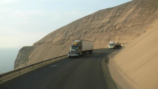 En la ruta solo transitan vehículos pesados.