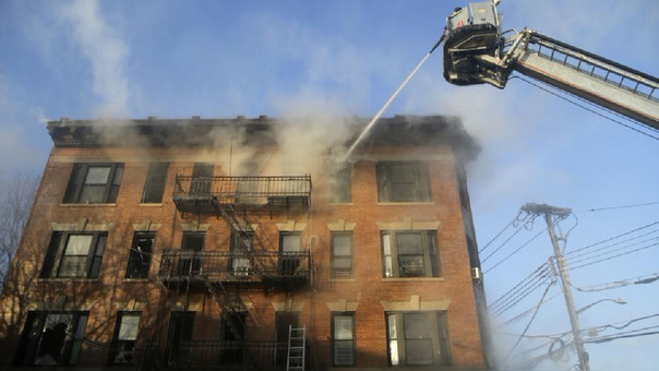 Incendio en edificio de departamentos deja heridos