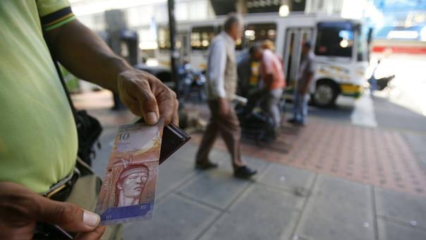 Los billetes de 10 bolívares prácticamente no tienen valor. El tipo de cambio es 10 bolívares por dólar; sin embargo, en el mercado ilegal el precio es superior y llega a de 136.582 bolivares.