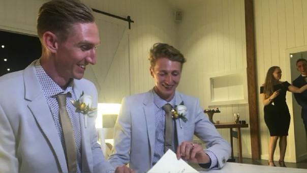 Los deportistas Craig Burns y Luke Sullivan fueron los primeros en contraer nupcias tras aprobarse la ley de matrimonio igualitario