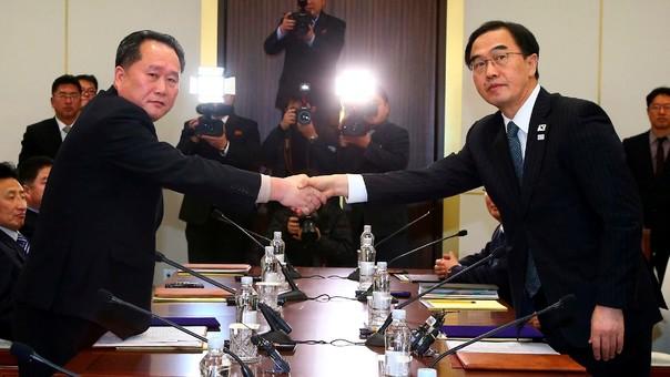 El ministro de Unificación de Corea del Sur, Cho Myung-Gyun (derecha) saluda al delegado norcoreano Ri Son-Gwon.