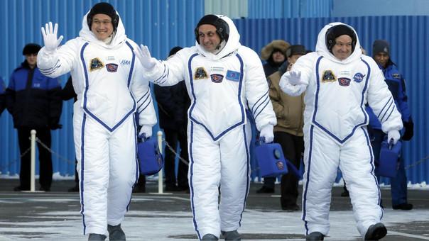 Norishige Kanai (izquierda) antes de partir hacia la Estación Espacial Internacional.