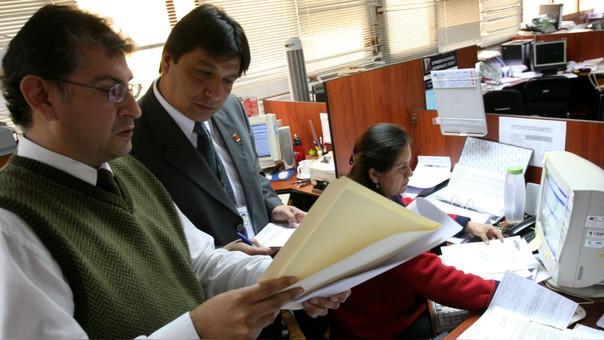 La bonificación se otorga a funcionarios y servidores contratados, a obreros permanentes y eventuales del sector público.