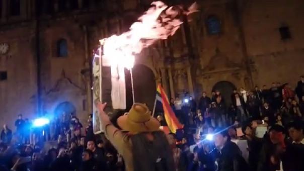 Manifestantes llegaron hasta la plaza de armas del Cusco donde incendiaron representaciones de la Constitución Política de 1993.