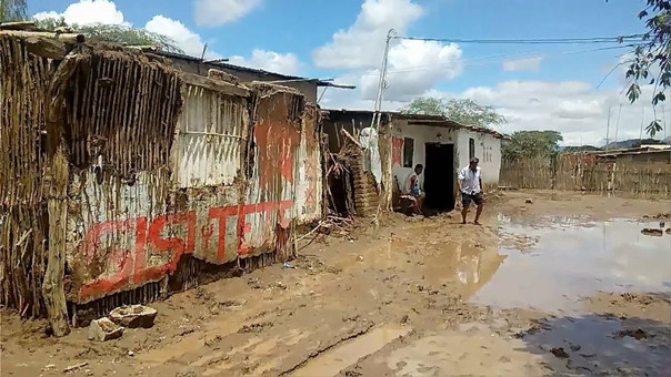 Canal se desbordó y afectó a varias familias.