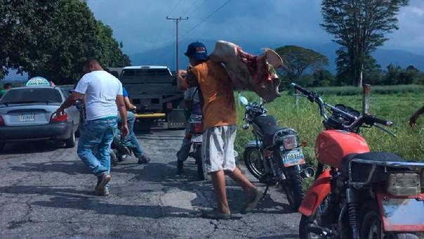 Venezolanos matan a piedra a una vaca para calmar el hambre