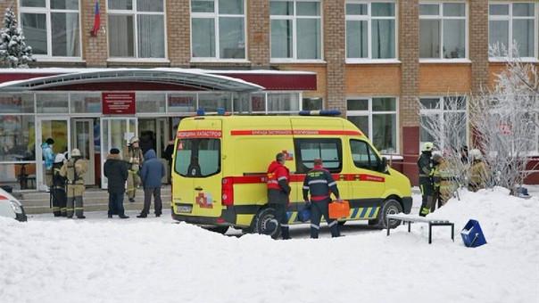 Un equipo de emergencia inspecciona los alrededores del colegio en donde se produjo el atentado.