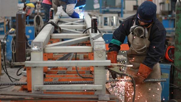 El INEI informó que el ingreso promedio por trabajo aumentó en 3.7% en Manufactura, 3.1% en Construcción y 0.6% en Servicios; mientras que disminuyó Comercio en 1.7%.