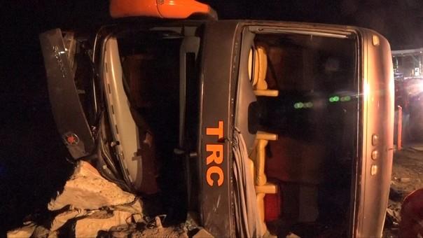 15 heridos dejó despiste y vuelco de ómnibus — Nuevo Chimbote