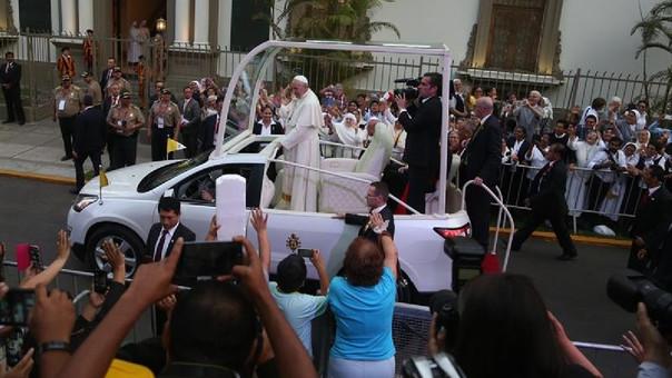 El papa Francisco recorre las calles de Lima a bordo del papamóvil.