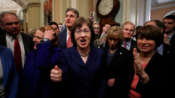 Senadores republicanos celebran tras el acuerdo para reabrir el Gobierno.